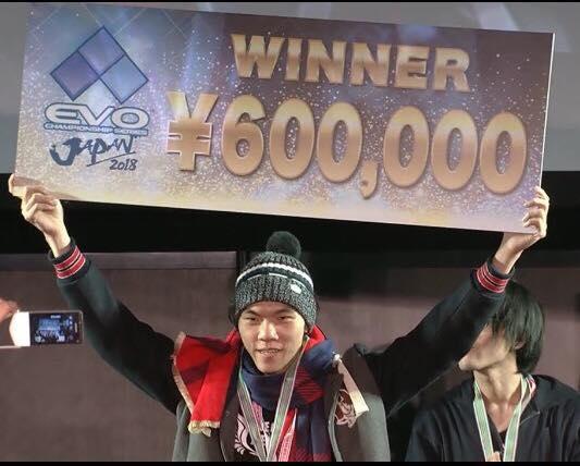 台灣選手曾家鎮奪下《拳皇 XIV》世界冠軍。(圖:翻攝自Dbj大寶劍格鬥電競活動館粉絲專頁)