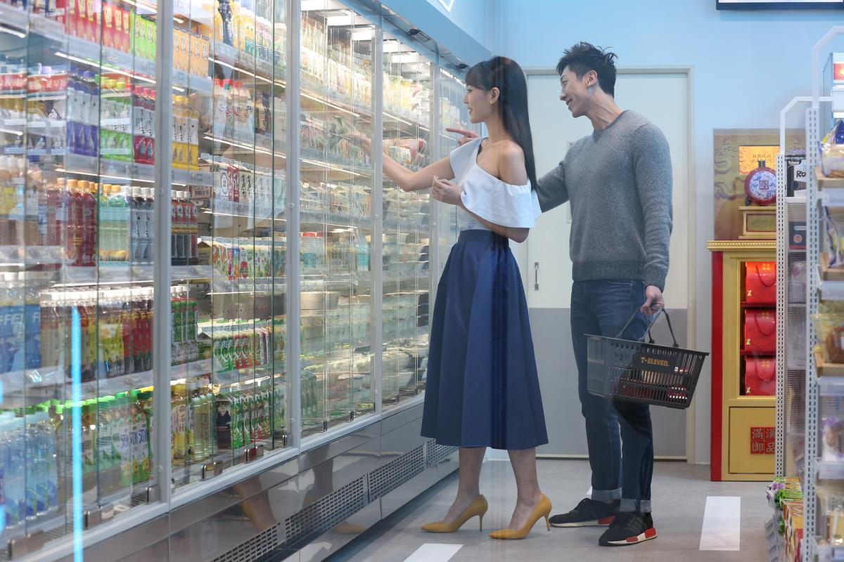 自動冰箱門藉由紅外線感應會自動開啟,將可節能50%。