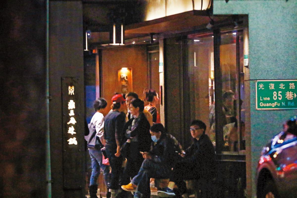 1/20 19:12 林志穎與張栢芝前往東區知名麻辣鍋吃飯,加上經紀人及同事等,一票人浩浩蕩蕩。
