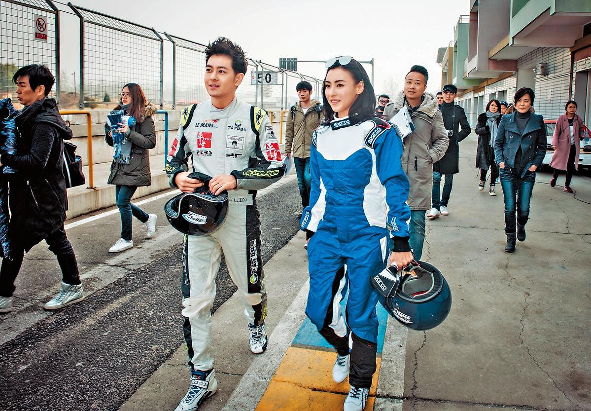 張栢芝(右)與林志穎(左)2011年曾合作電影《極速天使》,前年再度為了綜藝節目《頭號驚喜》合體賽車。(翻攝自頭號驚喜微博)