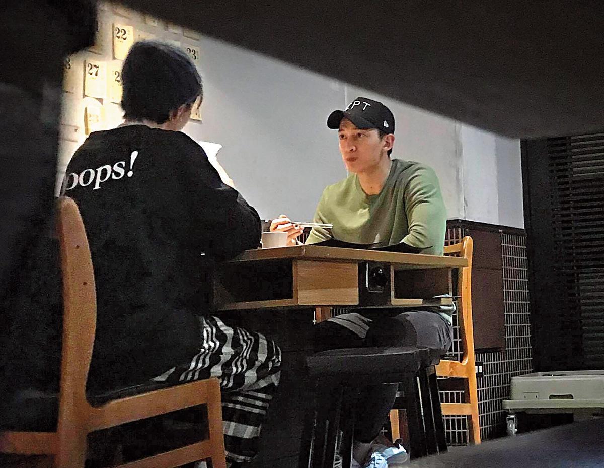 01/25 00:45 本刊直擊曾沛慈在某間知名火鍋餐廳跟王家梁進行晚餐約會。