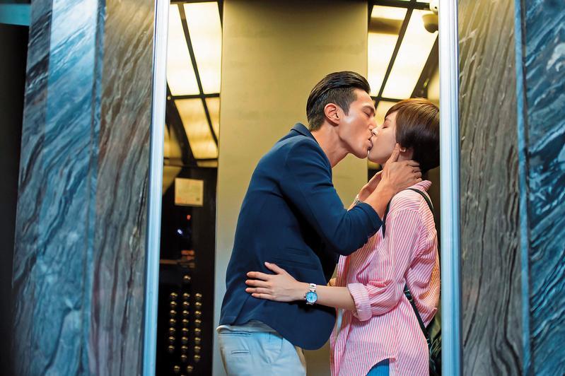 拍《在一起,就好》時曾沛慈(右)跟鍾承翰(左)配對,雖然有親熱戲,但鍾已是人夫,所以2人戲外沒有火花。(TVBS提供)
