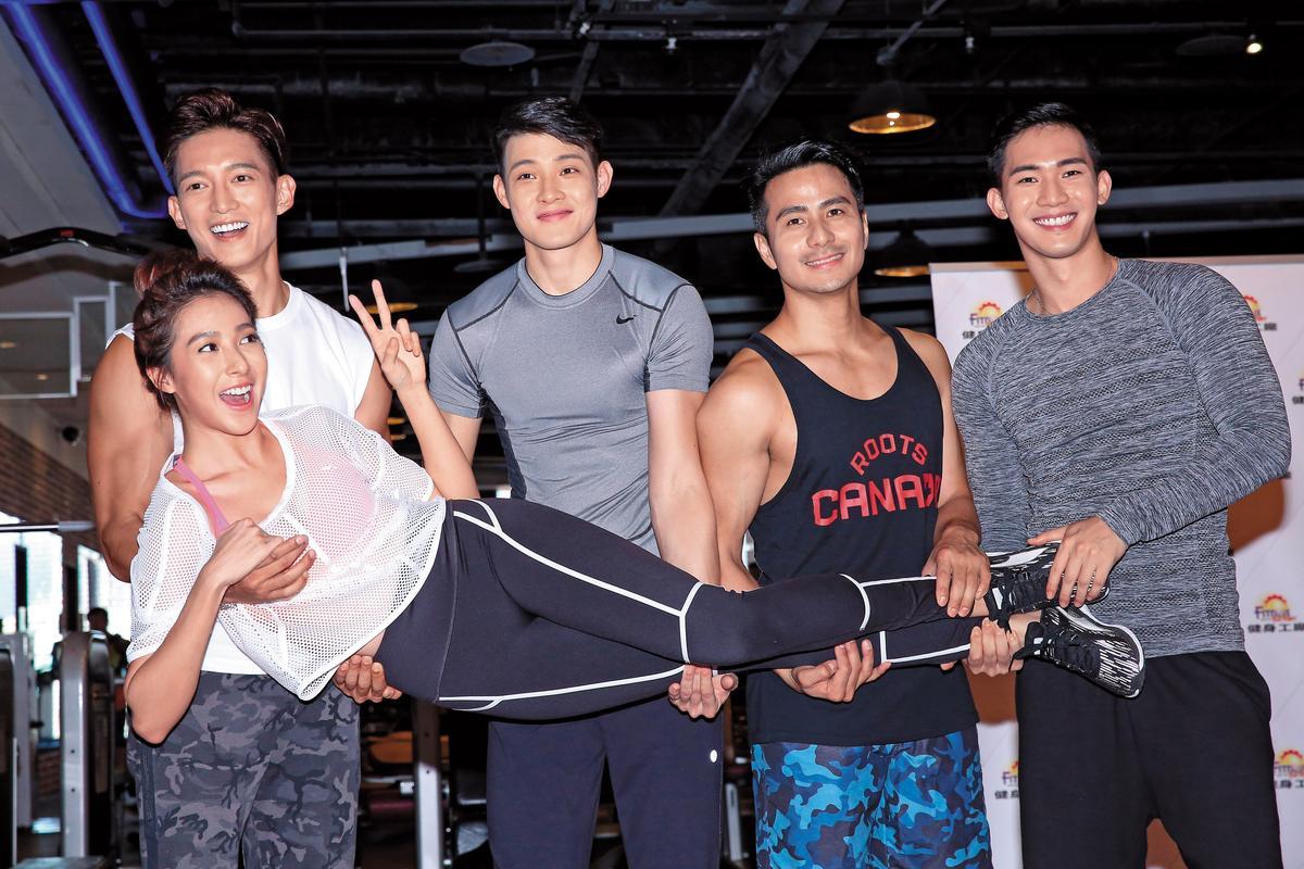 偶像劇《讓愛飛揚》在健身房宣傳,王家梁(後排左一)手剛好放在女星楊晴的胸上,十分尷尬。