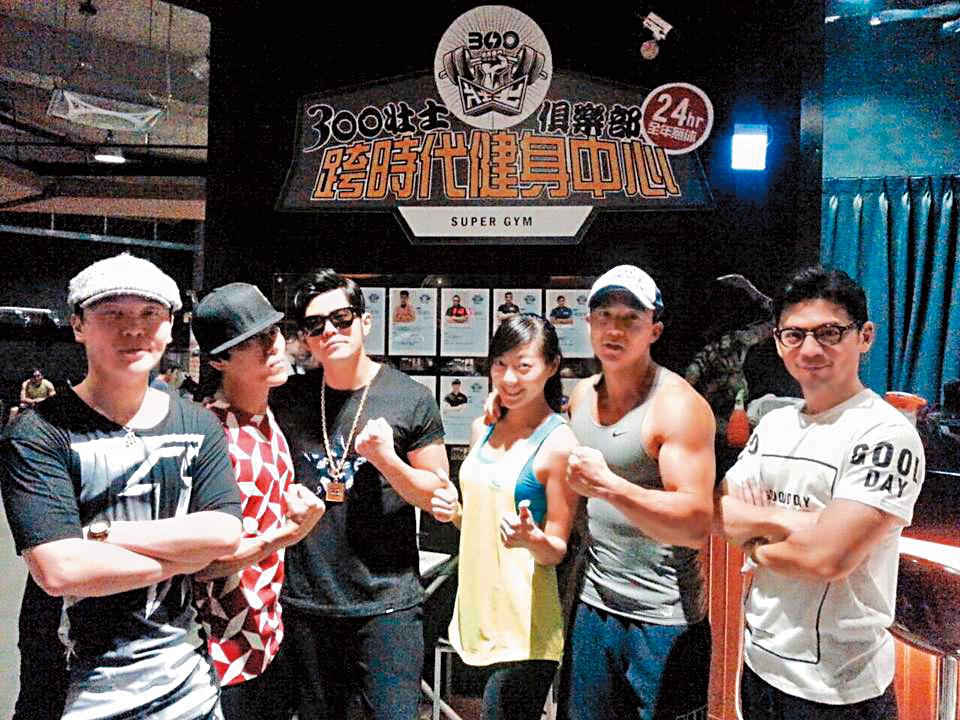 300壯士在板橋展店時,也還看到劉畊宏(右二)。(翻攝自300壯士俱樂部臉書粉絲團)