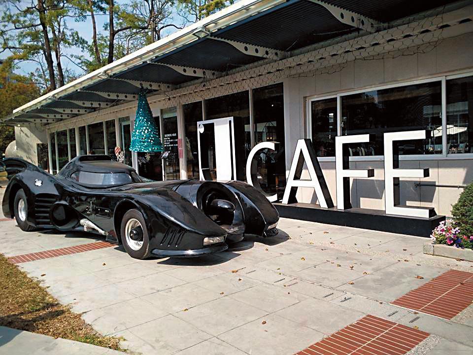 劉畊宏開的J cafe外還有周董的蝙蝠車駐店拉客。(翻攝自Jcafe高雄城市光廊店臉書)