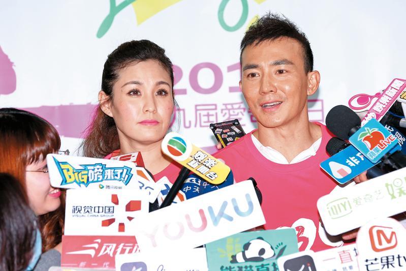 劉畊宏(右)日前被爆財務危機,事發後他跟老婆王婉霏(左)一家子出席公益活動,僅撇說不會讓孩子們流落街頭。