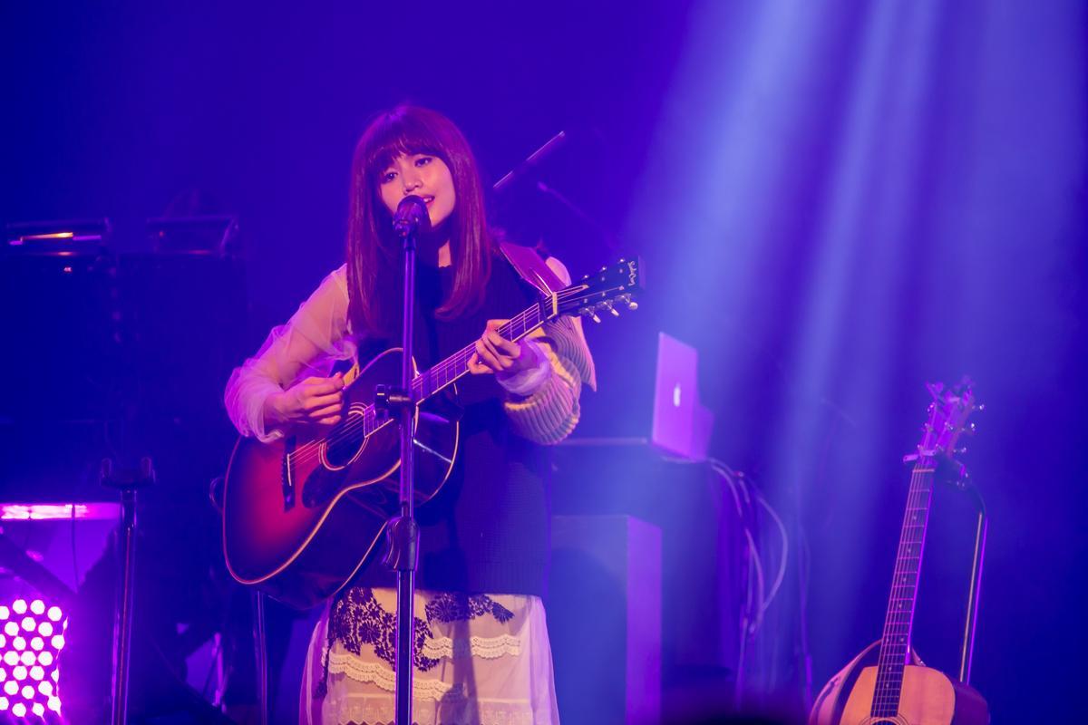 為了巡迴演出,吳汶芳苦練了一個月的吉他。(福茂提供)
