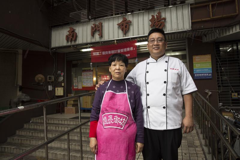 朱億長(左)和黃治豪(右)母子倆一起走過創業的艱辛,如今生意由黃治豪接班,朱億長慢慢放手退居幕後,也不再像從前那樣剽悍專橫。