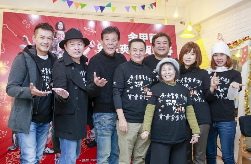 《花甲大人轉男孩》導演瞿友寧(右三)帶著所有演員出席試片記者會。