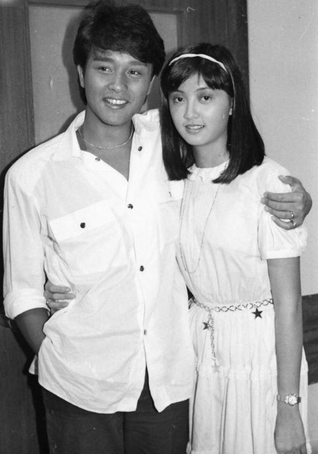 倪詩蓓(右)年輕時擁有大眼、長腿和可愛萌樣,是女神級藝人,也是張國榮(左)公開承認的初戀女友。(翻攝自倪詩蓓微博)