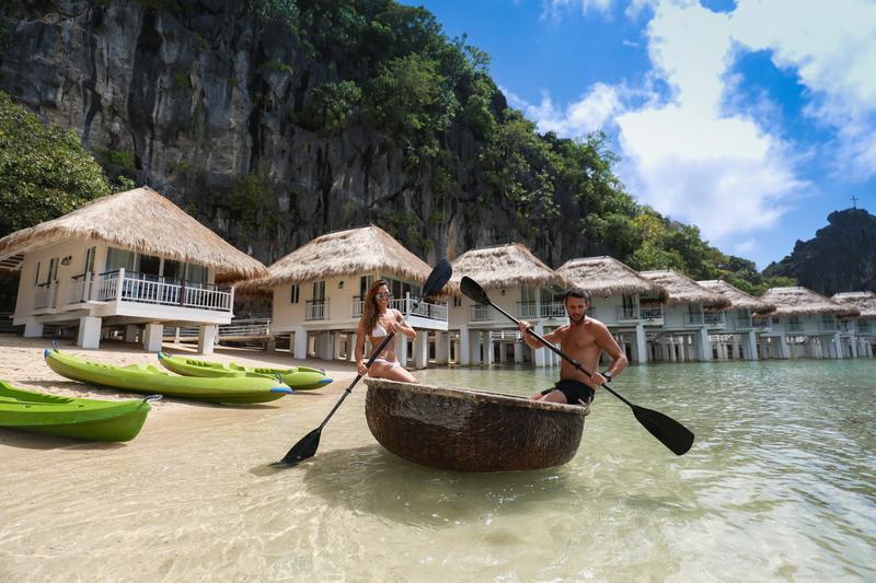 渡假村內有特製的竹簍獨木舟,划起來非常有趣。