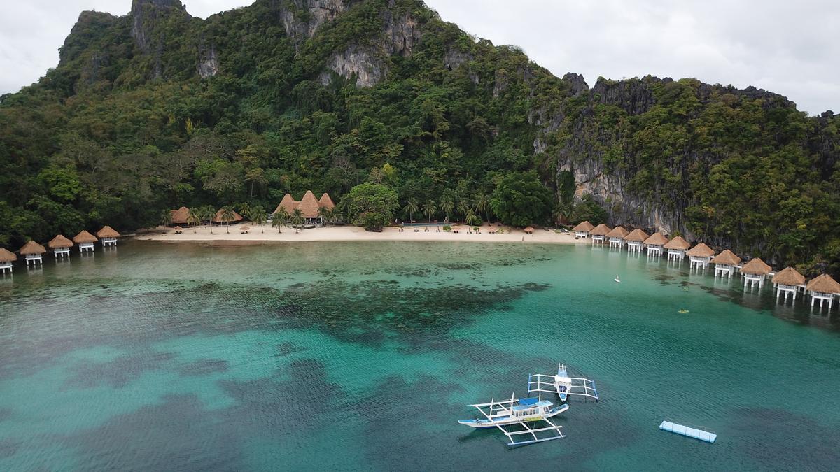 一島一飯店的渡假村,海面顏色空拍起來很多彩。
