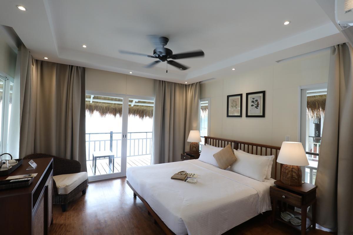 房間簡潔清爽,白色系為主。