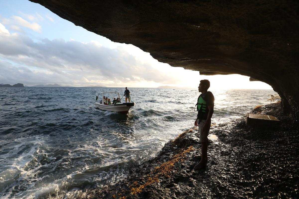 站在洞口望向海面,有種孤獨之美。