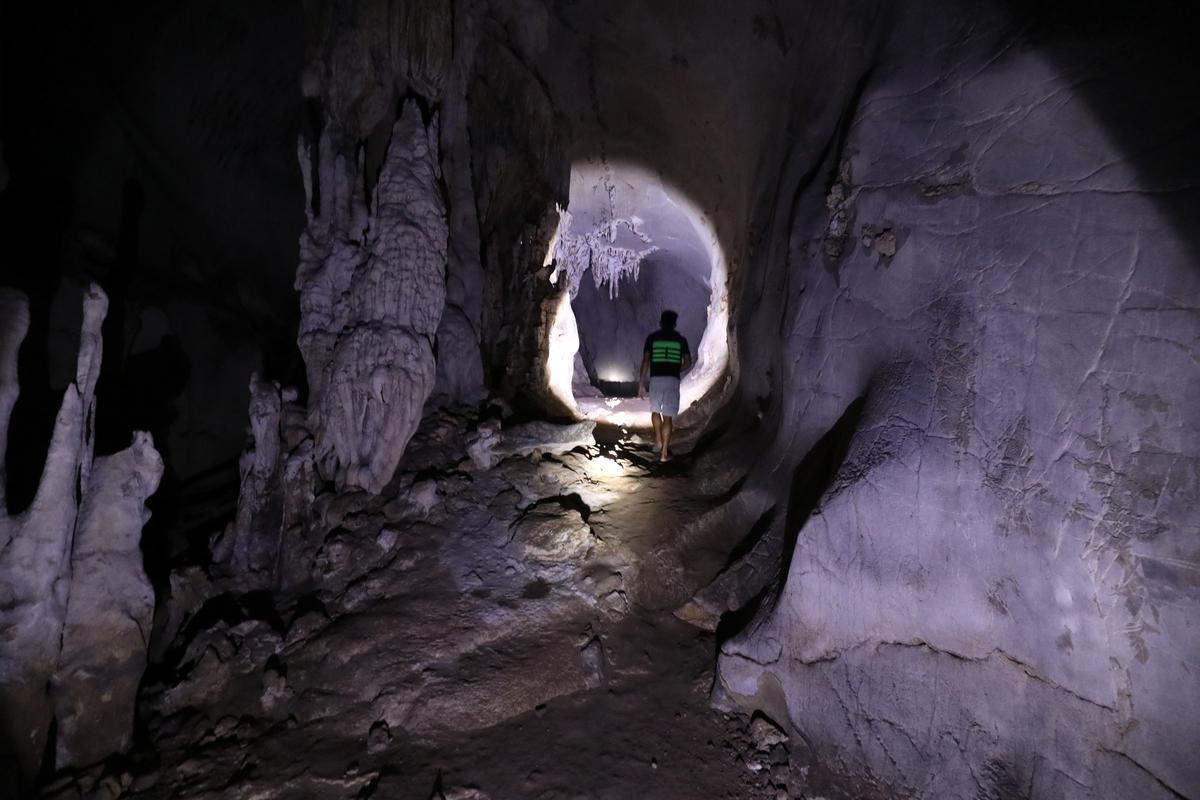 走在石灰岩洞穴中,突然開闊,有神祕形狀的鐘乳石出現眼前。