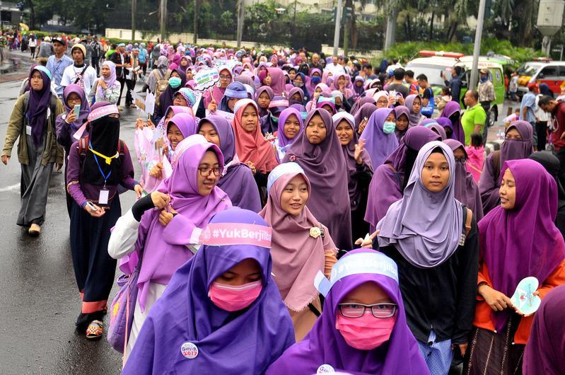 即使身穿保守紗麗,印尼女性依然經常遭受街上男性的騷擾。(東方IC)