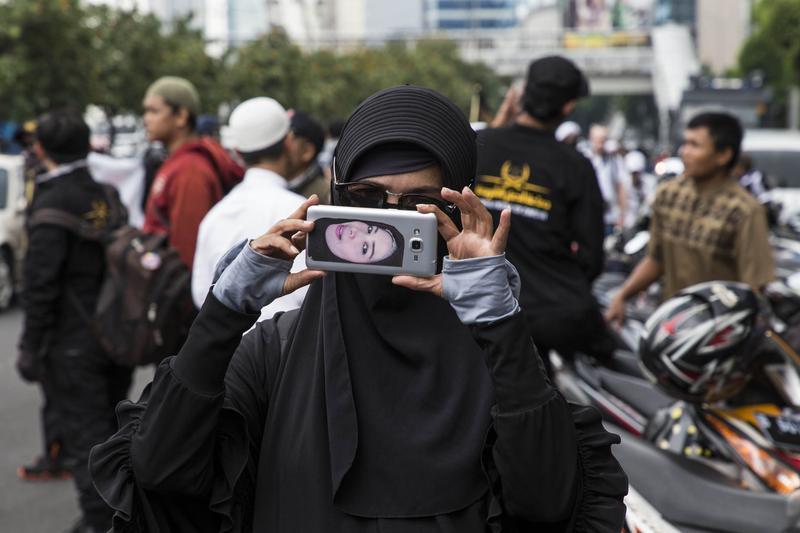 父權社會下,印尼女性備受禮教束縛,即使受侵犯也畏於出面報案。(東方IC)