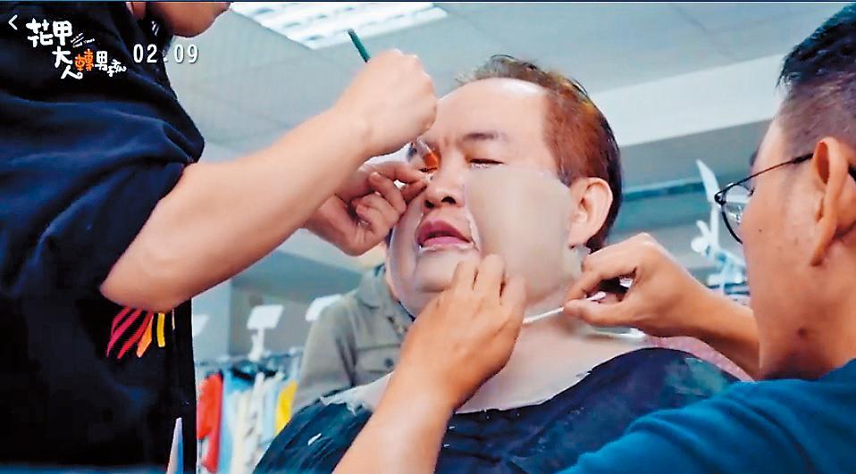 康康經過特殊化妝,在《花甲》電影中變身150公斤胖子。(氧氣電影提供)