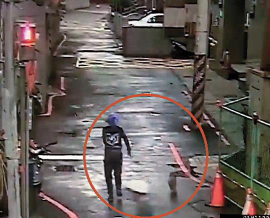 亞藍失蹤前的最後身影,被監視器拍下一人一狗奔跑離家。(翻攝畫面)