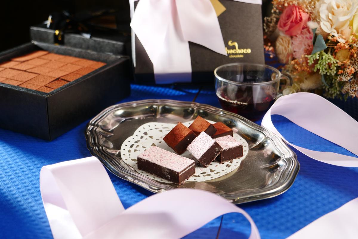 「覆盆子生巧克力」有熱帶馥郁果香(前,398元/25片); 「比利時生巧克力 」帶有微苦煙燻風味(後,298元/25片)。