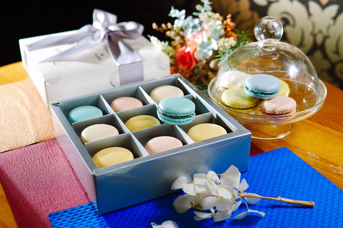 蛋白餅包裹著法國巧克力的「巧克力馬卡龍禮盒」,顏色很夢幻。(428元/盒)