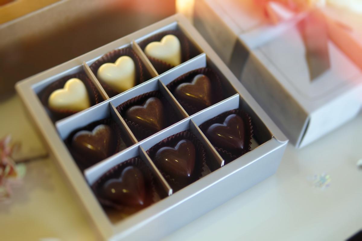 「珠寶巧克力花禮」以黑醋栗、黑櫻桃譬喻愛情的酸美。(698元/盒)
