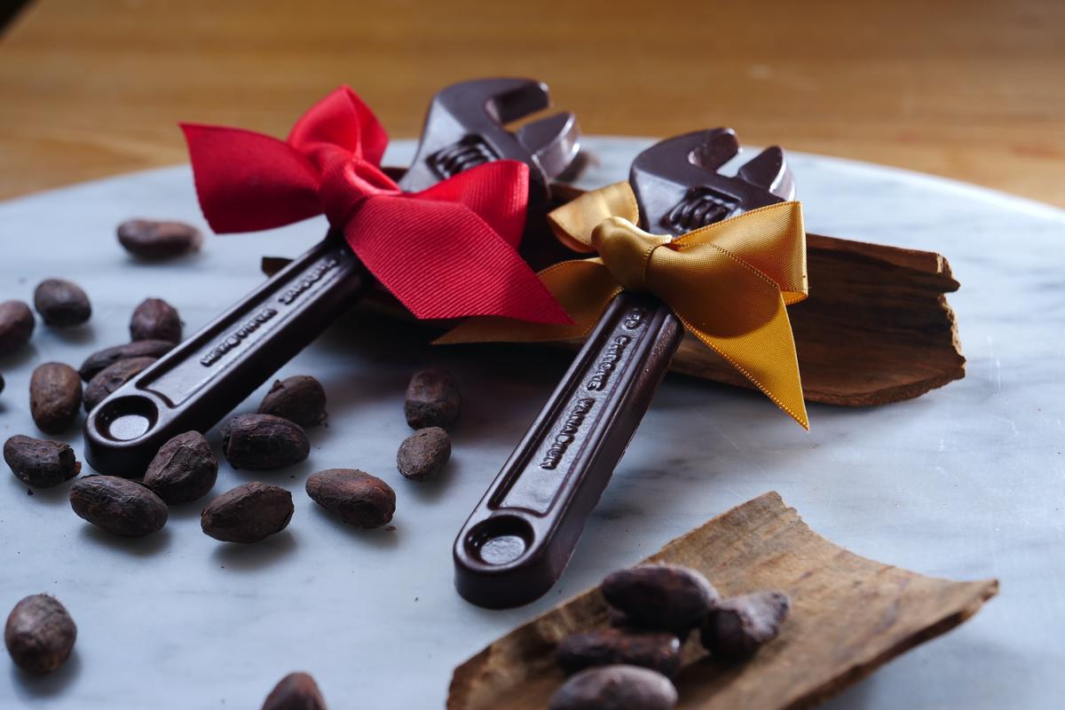 扳手造型的「肉桂巧克力」,讓鐵錚錚的漢子也融化。(380元/單片)