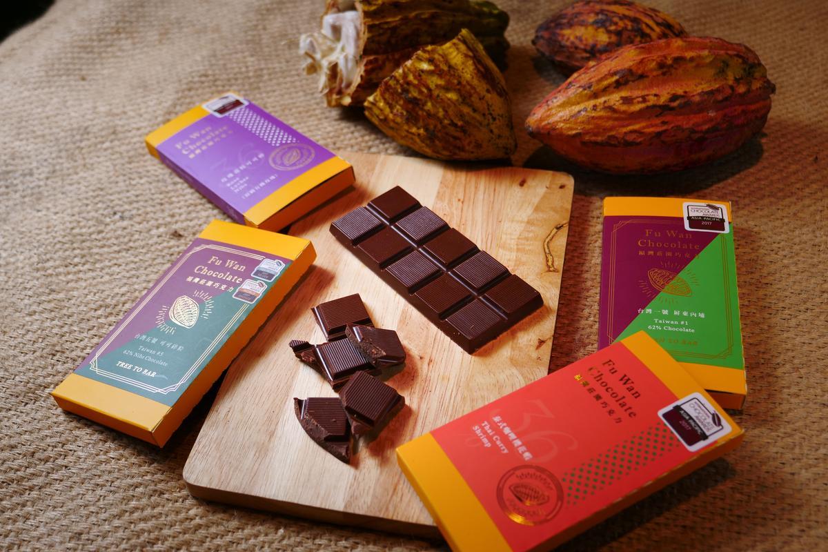 有濃厚風土氣息的「台灣1號62%屏東黑巧克力」(280元/片)、「泰式咖哩櫻花蝦」(260元/片)、「台灣5號可可碎粒」(280元/片)、「玫瑰荔枝可可碎」(360元/片),在2017世界巧克力大賽裡勇奪共5金2銀1銅的佳績。(由右向左)