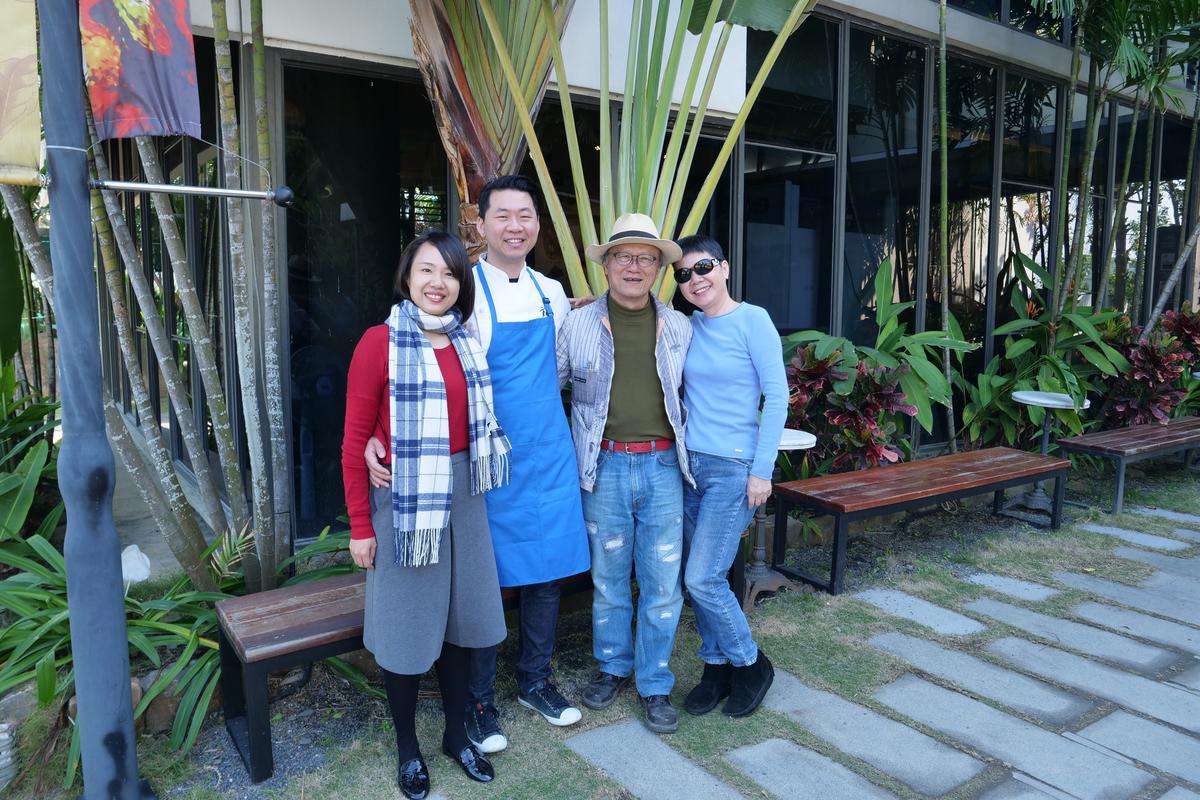 福灣莊園巧克力執行長許華仁(左2)和媽媽蔡汶玉(右1)、爸爸許峰嘉(右2)及太太林琬婷(左1),全家人的甜蜜夢想是讓台灣可可風味躍進世界版圖。