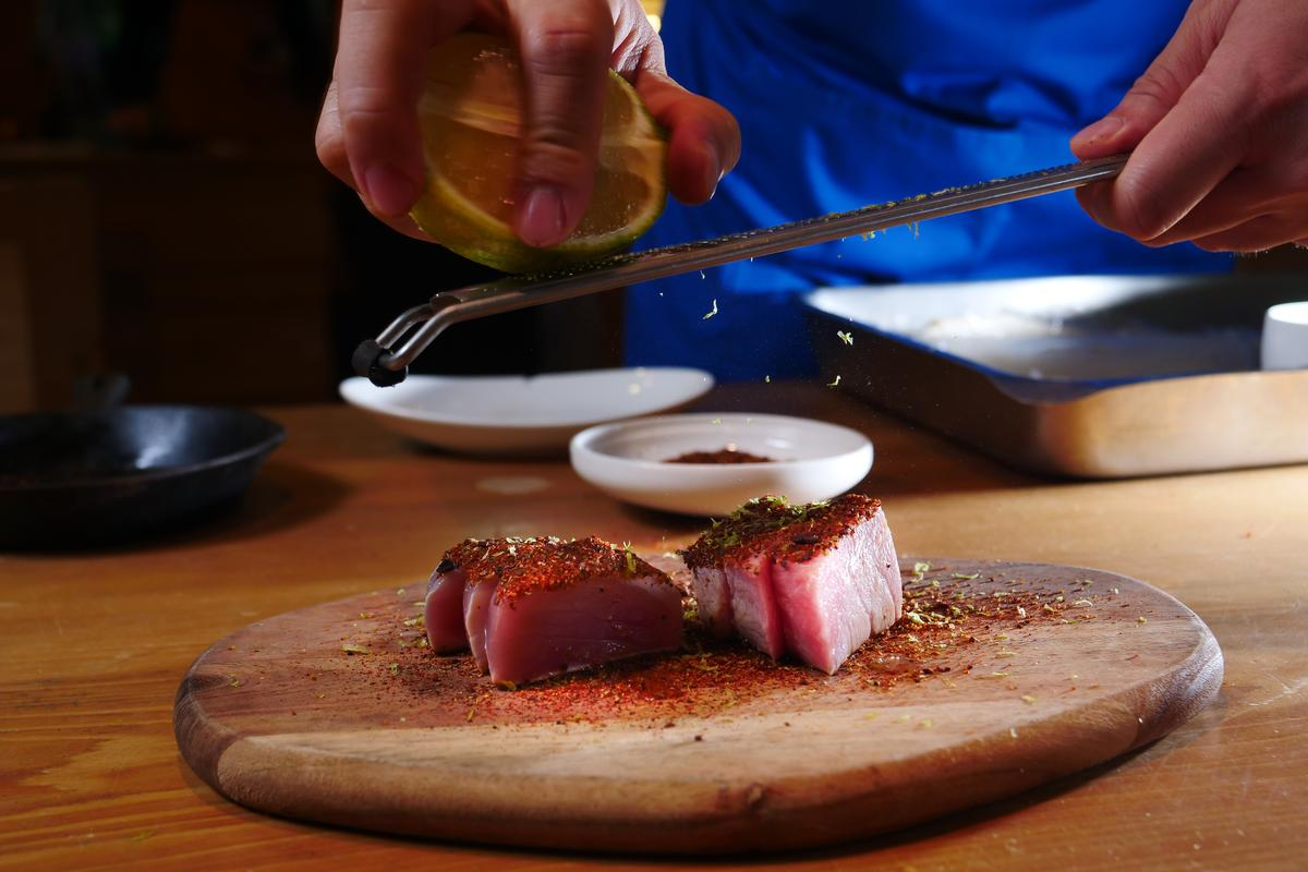 「香料可可鮪魚」以在地東港鮪魚上搭配可可粉、柑橘皮,是熱情奔放的生魚料理。(320元/份)