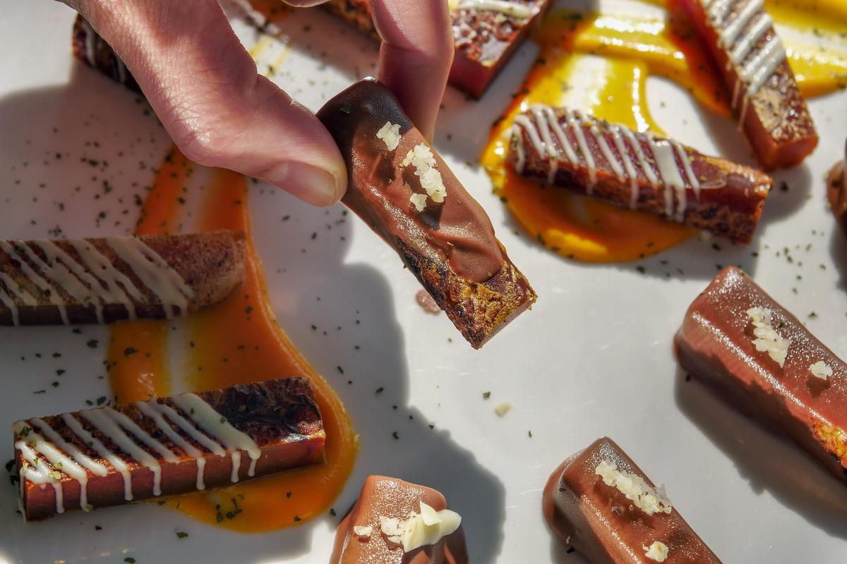 「黑白巧克力烏魚子」以巧克力淋醬包裹切得肥厚的烏魚子,濃膏纏綿舌尖。(1,200元套餐菜色,需預訂)