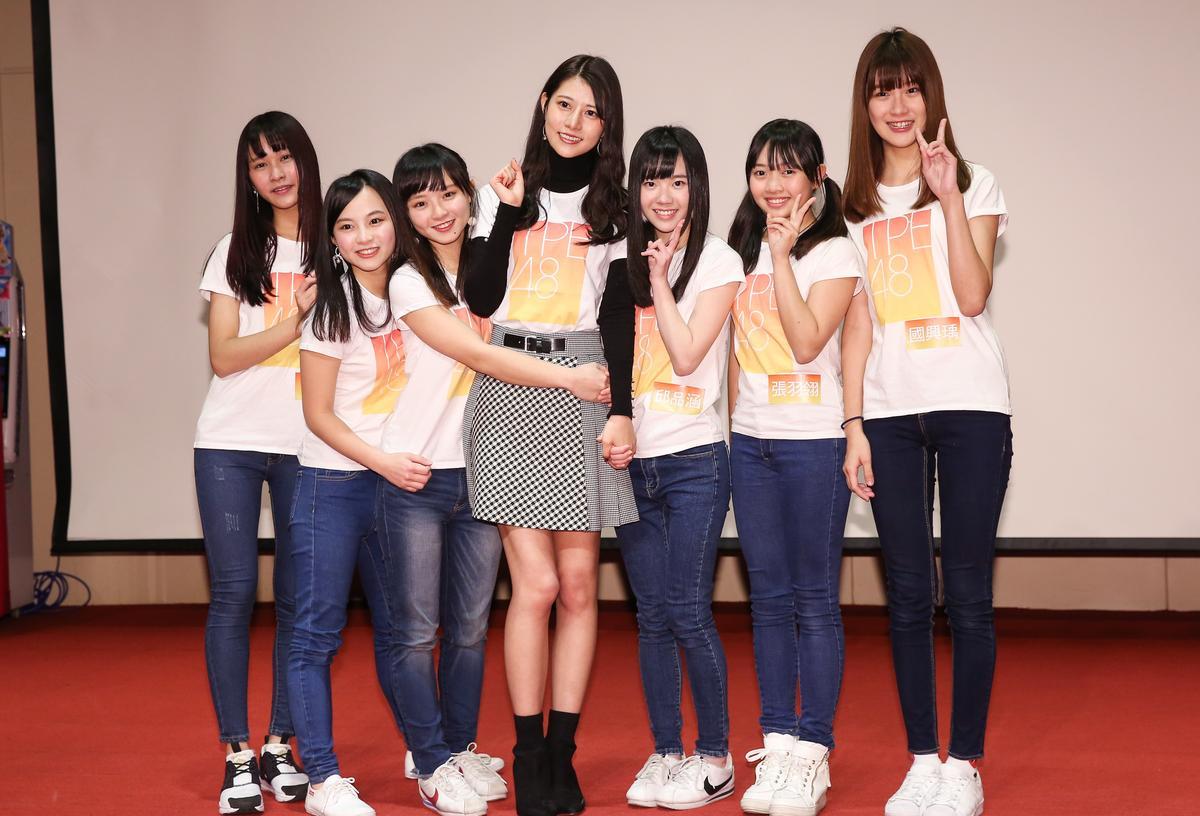 和馬嘉伶同期的AKB48台灣研究生們,終於順利成為TPE48合格生,陳詩媛(左三)說:「謝謝堅持下來的自己」。