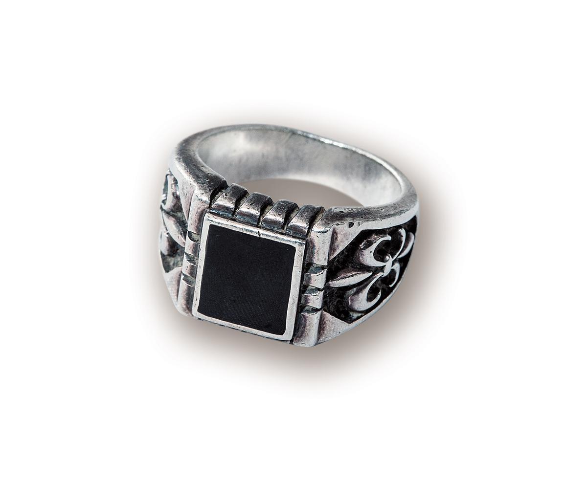 經紀人送的碧璽戒指,約NT$10,000。