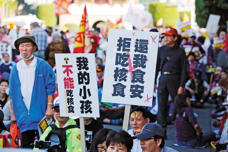 民進黨政府迫於國際現勢與外交壓力,打算開門放福島核食進口,恐將重創民進黨支持度。