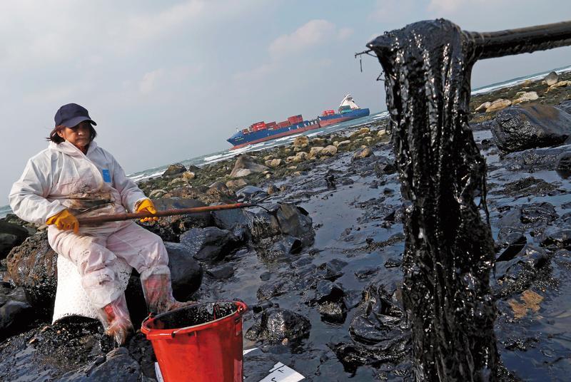 德翔貨櫃輪在擱淺2週後斷裂,重油汙染整個北海岸。(達志影像)