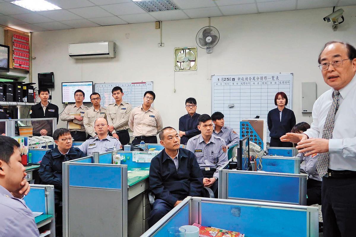彰化地檢署檢察長黃玉垣(右1)戮力從公,這回如何因應院檢失和,備受矚目。(翻攝彰化地檢署臉書)
