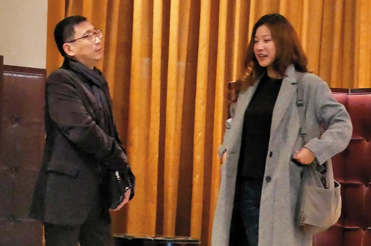 2月3日,02:12,凌晨時分,宋少卿被本刊逮到帶著辣妹在深夜唱K。他還跟其中一名灰大衣辣妹用英語對話。