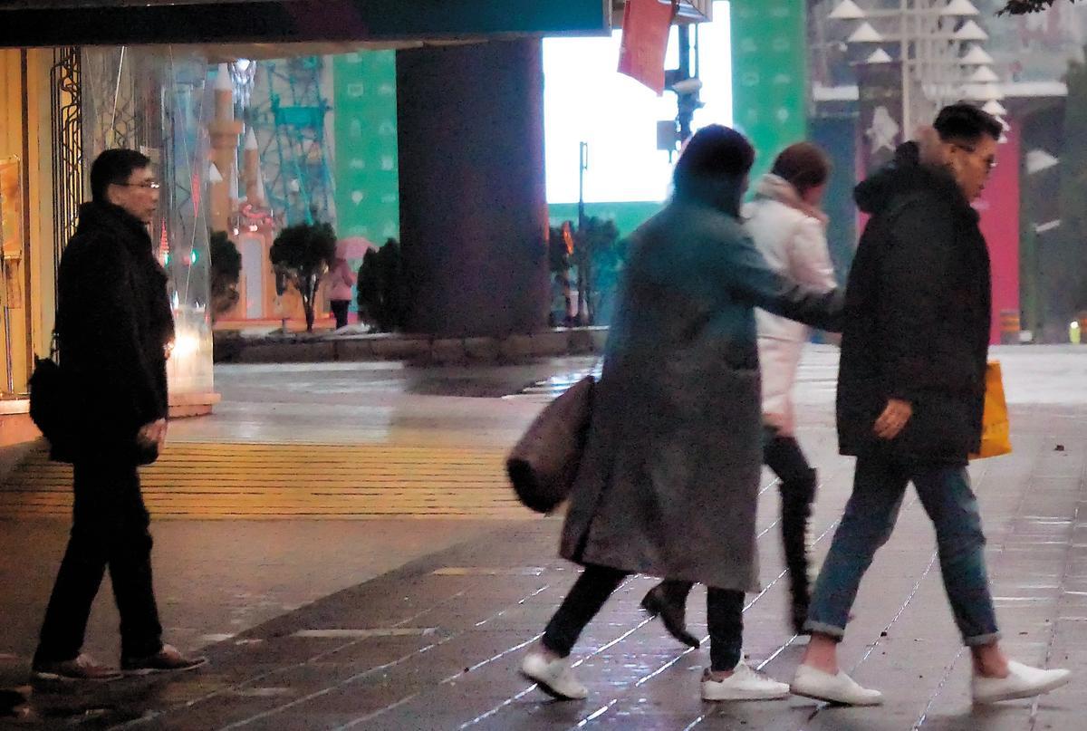 2月3日,07:13,這場深夜中年男子的極樂行程,結果是同行的另名男子帶著灰色辣妹回家,剩下的宋少卿(左)跟另位辣妹則各自離開。