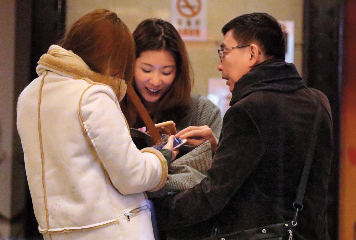 2月3日,07:09,宋少卿撇下「老婆」譚曉詩,跟辣妹玩得非常開心,已經到夜不歸營的程度。