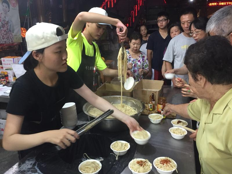 民生食品廠每年農曆年到元宵期間,都會在高雄關帝廟發放免費的平安麵。(鄭惠民提供)