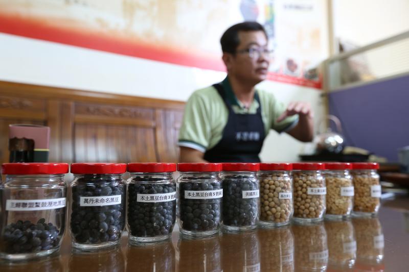 鄭惠民近年四處替主婦聯盟的社員上課,教導社員如何分辨醬油的好壞。