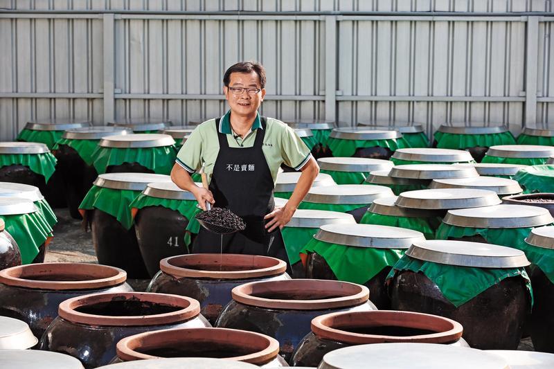 有55年歷史的民生食品廠,創辦人鄭神江之子鄭惠民(圖),每年會推廣免費的平安麵,還為了避免外界誤以為民生是賣麵的,特地將「不是賣麵」4字繡在圍裙上。