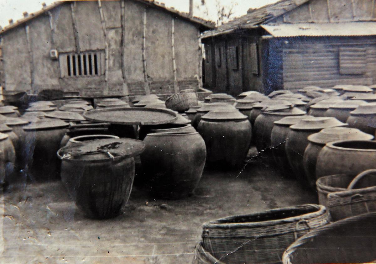 1962年,鄭神江帶著弟弟們在高雄鹽埕埔成立民生醬園。(鄭惠民提供)