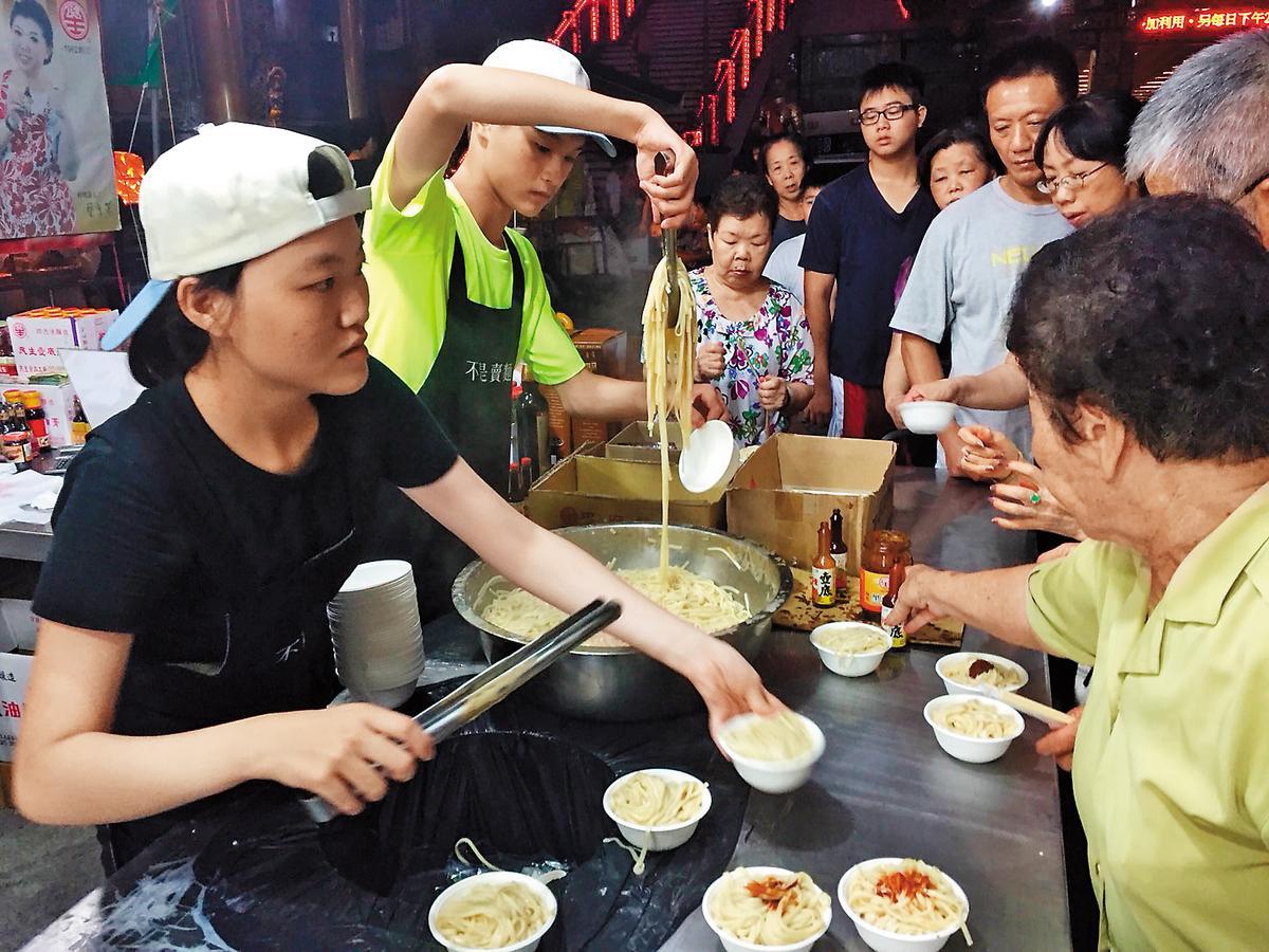 每年大年初一至元宵,民生醬油廠都在高雄關帝廟免費發放平安麵。(鄭惠民提供)