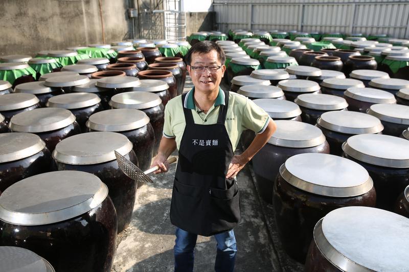 鄭惠民接班以來,30多年來仍延續著上一代嚴謹的工法釀造醬油。