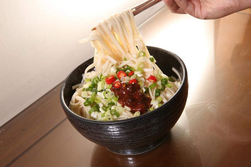 鄭惠民說,白水煮麵拌醬油看似簡單,其實想要好吃還是有訣竅。