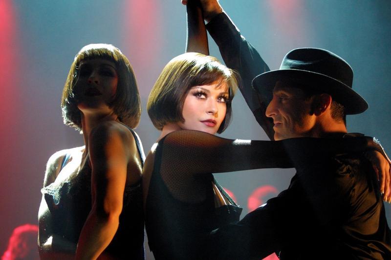 由凱薩琳麗塔瓊絲與芮妮齊薇格、李察吉爾演出的《芝加哥》不僅囊括奧斯卡6項大獎,也掀起新一波歌舞片熱潮。(金馬執委會提供)