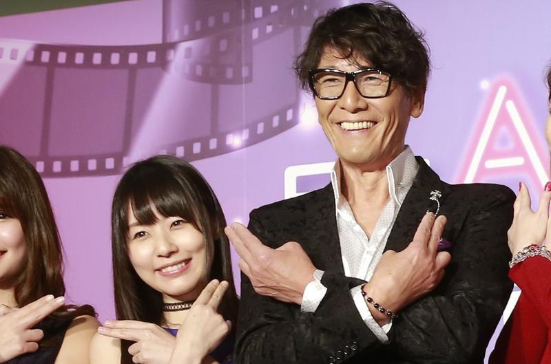 「神之手」加藤鷹攜8位日本女優為他代言的AVH平台站台,一起比出招牌手勢。