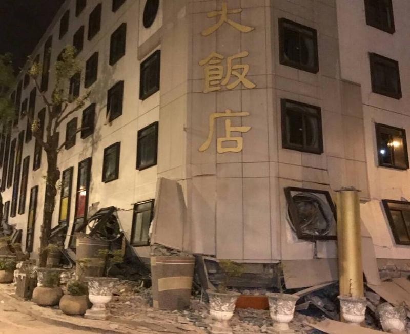 花蓮統帥飯店受強震侵襲倒塌傾斜,1名男性員工陳明輝已成功獲救。