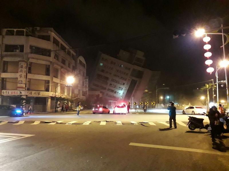 6日晚間的地震造成花蓮市區統帥飯店傾倒。(網友提供)